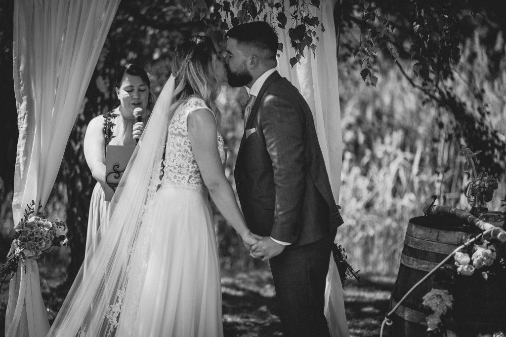 Das Brautpaar küsst sich nach der Traufrage.