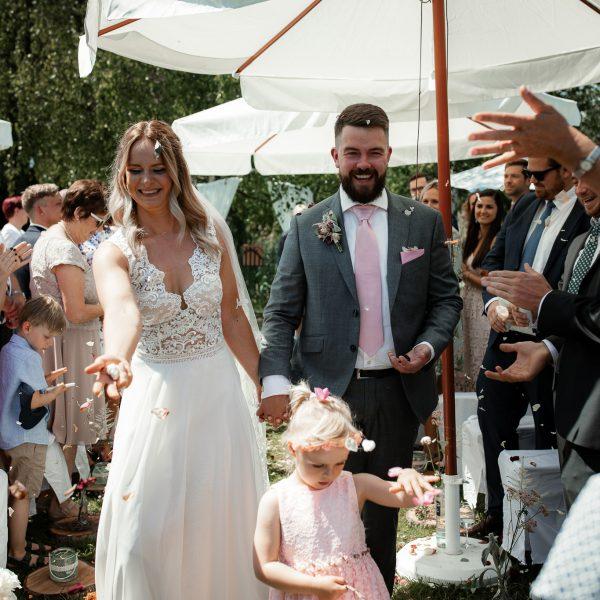 Das Brautpaar zieht nach der Trauung gemeinsam aus.