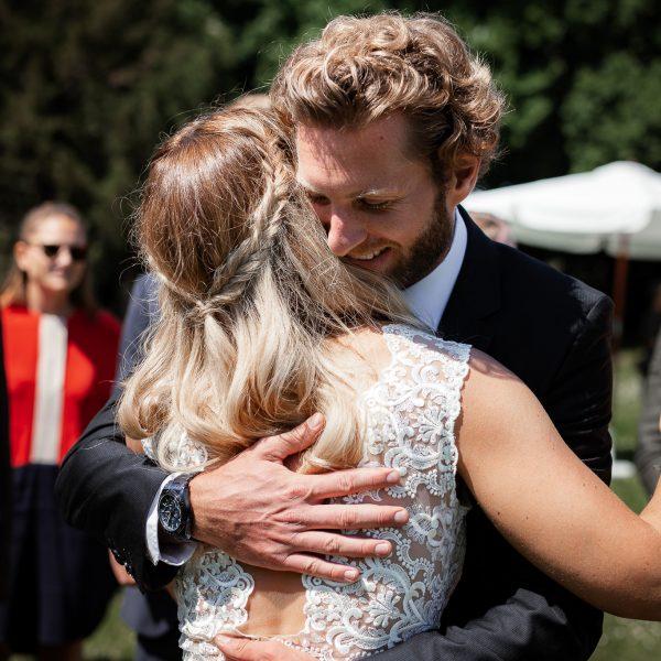Ein Freund des Brautpaares gratuliert der Braut.