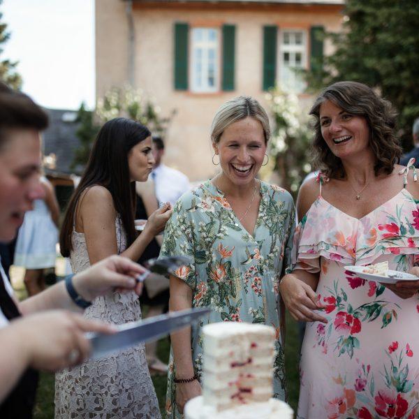 Hochzeitsgäste freuen sich auf die Hochzeitstorte