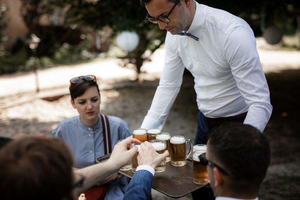 Bei der Hochzeit wird den Gästen Bier ausgeschenkt.