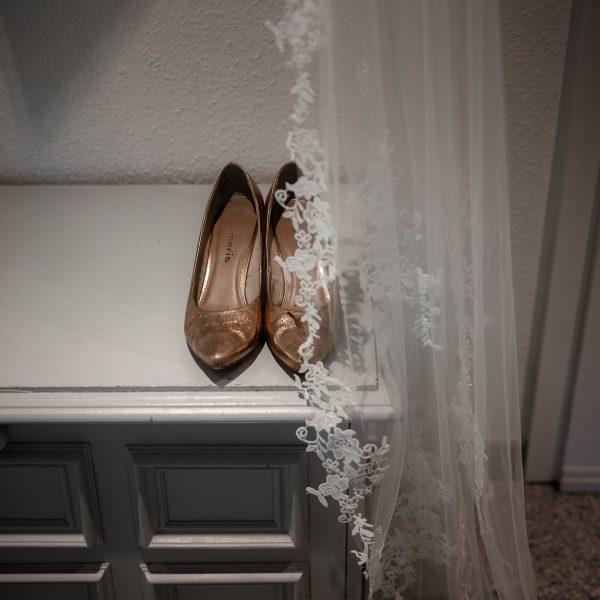 Brautschuhe und Schleier auf einem Sideboard
