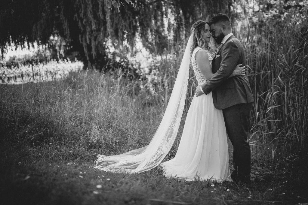 Dieses Bild zeigt das Brautpaar, welches sich umarmt und anschaut.
