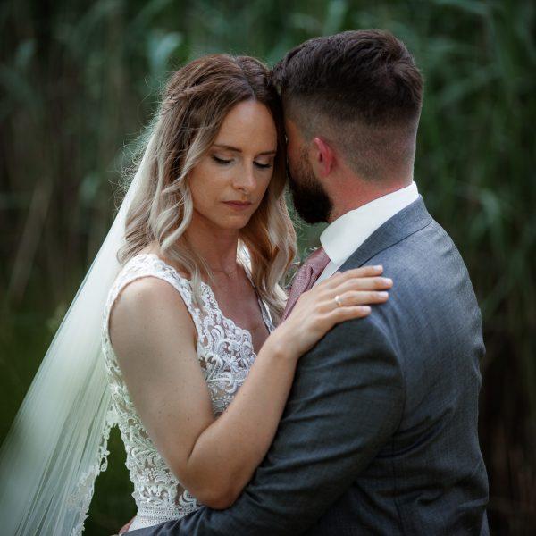 Dieses Bild zeigt das Brautpaar, das sich umarmt.