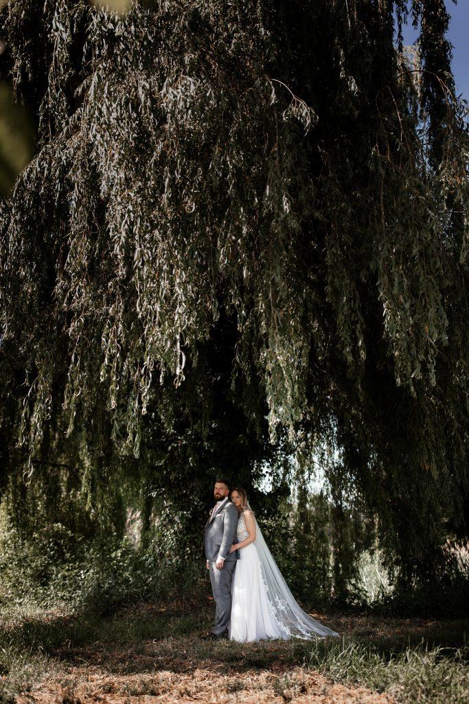 Die Braut lehnt sich an den Rücken des Bräutigams.