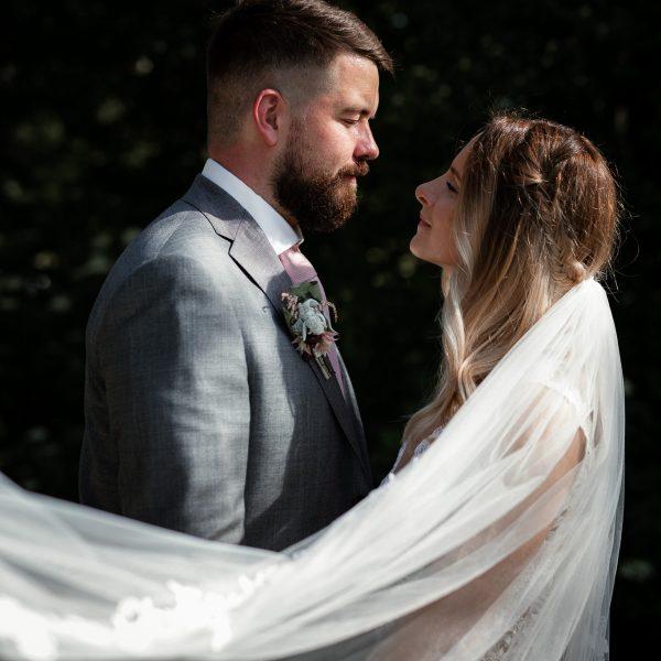 Das Brautpaar steht sich gegenübre und schaut sich an.