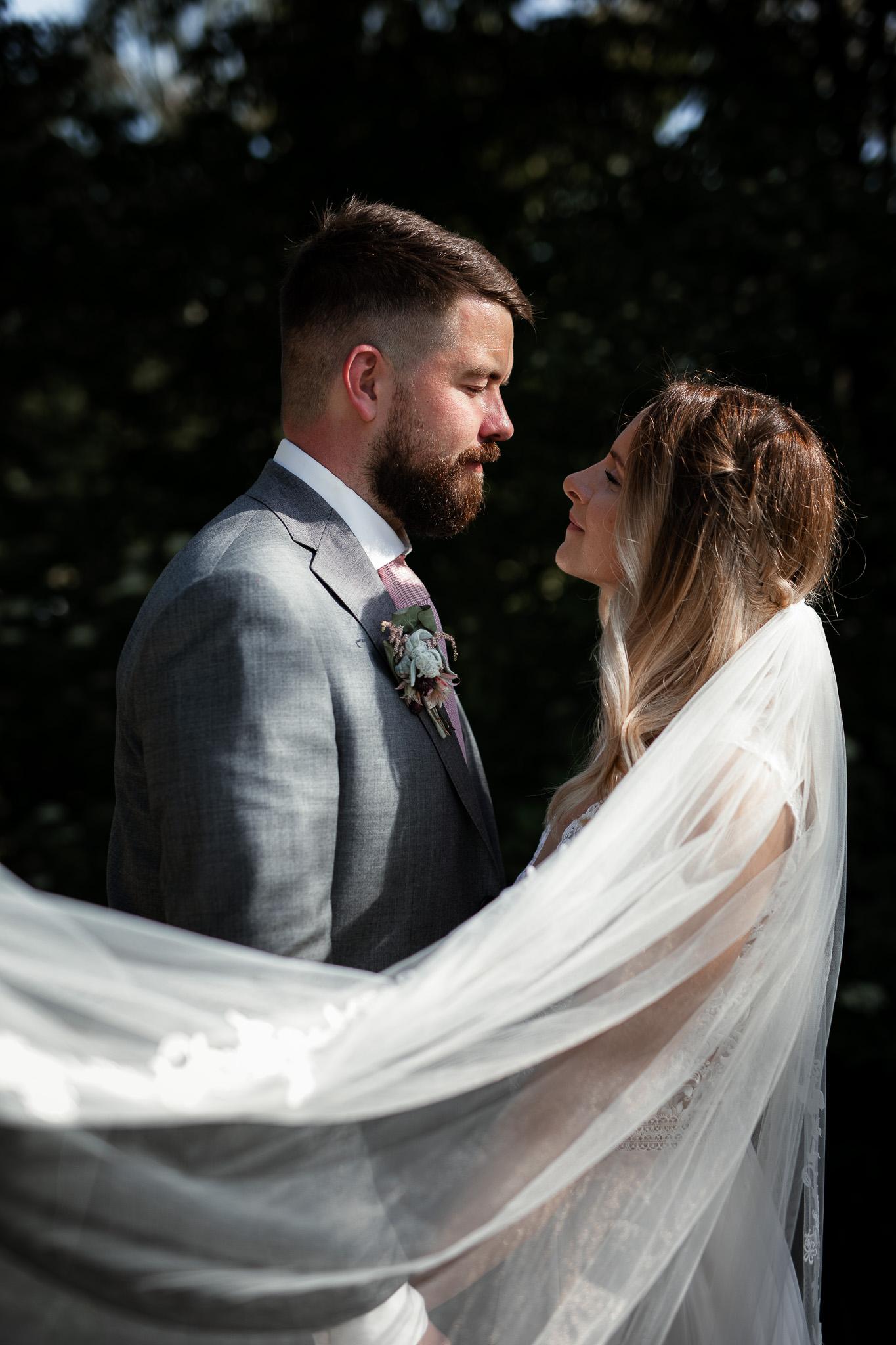 Hochzeitsfotograf Rheingau: Das Brautpaar steht sich gegenüber und schaut sich an.