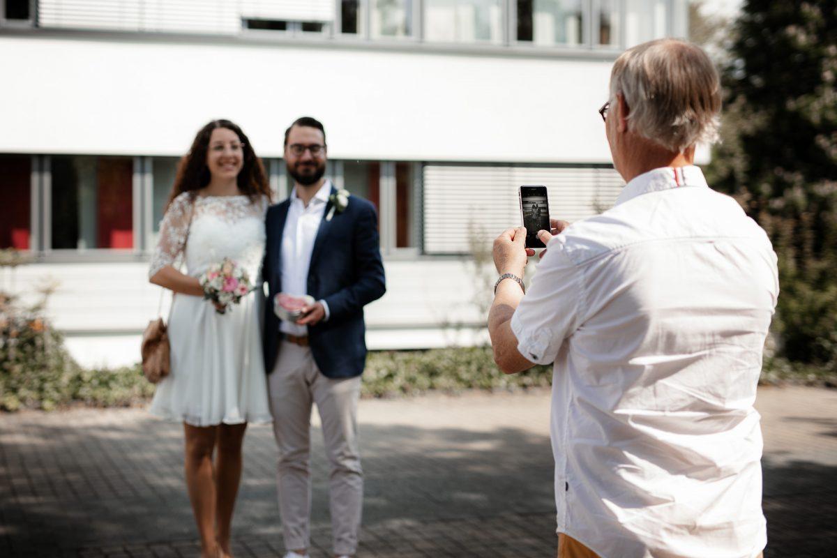 Standesamtliche Trauung von Christina und Fridolin in Kelkheim - Eine Corona Hochzeit 6
