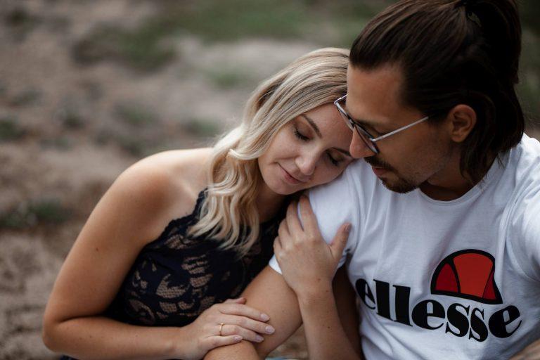 Paarfotos Mainzer Sand – Verlobungsshooting von Jenny und Patrice